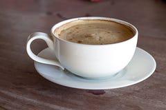 Kaffeetasse auf Schmutzterrasse Lizenzfreie Stockfotos