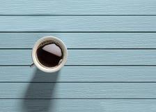 Kaffeetasse auf Türkisholztisch Lizenzfreie Stockfotografie