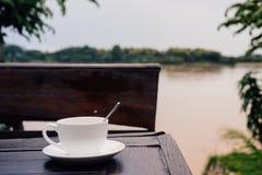 Kaffeetasse auf Tabelle Stockfoto