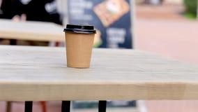 Kaffeetasse auf Tabelle in einem Café auf der Straße stock video footage