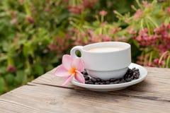 Kaffeetasse auf Teil der Tabelle im Garten entspannen sich Stockfotos