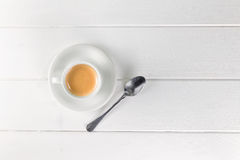 Kaffeetasse auf weißer Tabelle Stockbilder