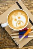 Kaffeetasse, Bleistifte und Notizbuch Stockfotografie