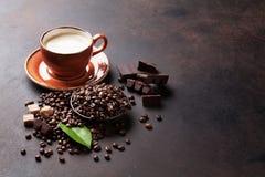 Kaffeetasse, Bohnen, Schokolade lizenzfreie stockbilder