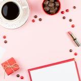 Kaffeetasse, Bonbons, Lippenstift, roter Lippenstift und giftbox auf rosa Hintergrund Frauen ` s Tageskonzept-Ebenenlage Lizenzfreie Stockfotografie