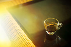 Kaffeetasse in der Kaffeestube - addieren Sie Aufflackerneffekt Lizenzfreies Stockfoto