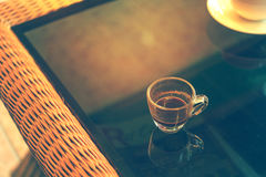 Kaffeetasse in der Kaffeestube - addieren Sie Aufflackerneffekt Lizenzfreie Stockfotografie