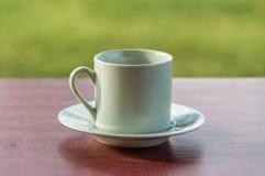 Kaffeetasse, die auf einer Tabelle steht Lizenzfreie Stockfotografie