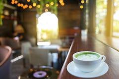 Kaffeetasse entspannen herein sich Zeit auf Unschärfeleuten in Kaffeestube backgroun Lizenzfreie Stockbilder