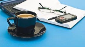 Kaffeetasse, Feder, Tagesordnung und Notizbuch Stockfotografie