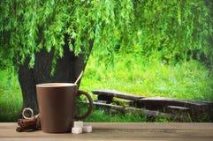 Kaffeetasse gegen Waldlandschaft Lizenzfreies Stockfoto
