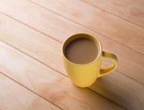 Kaffeetasse gesetzt auf einen Bretterboden. Stockfotografie