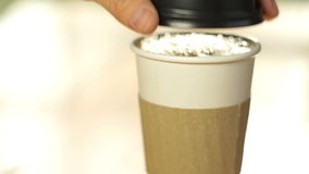 Kaffeetasse gießen und Deckel an stock footage