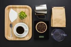 Kaffeetasse in hölzernem Tray By Digital Weight Scale Lizenzfreie Stockfotos