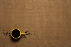 Kaffeetasse-Hintergrund - Draufsicht mit Bohnen Stockfoto