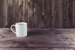 Kaffeetasse-Holzhintergrund Stockfotografie