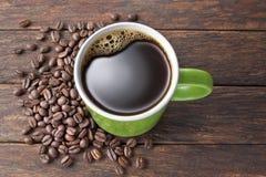 Kaffeetasse-Holzhintergrund lizenzfreie stockbilder