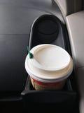 Kaffeetasse im Auto Stockfotografie