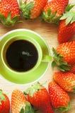 Kaffeetasse im Erdbeerrahmen Lizenzfreie Stockbilder