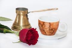 Kaffeetasse, kupferner Topf und Rotrose Lizenzfreie Stockfotografie