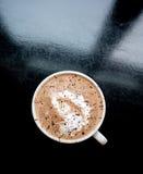 Kaffeetasse Lattemokka, der unten von oben genanntem mit Design in der gepeitschten Sahnespitze schaut Lizenzfreie Stockfotos