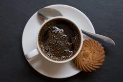 Kaffeetasse lokalisiert auf Draufsicht des schwarzen Hintergrundes Lizenzfreie Stockfotos