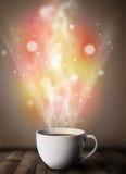 Kaffeetasse mit abstraktem Dampf und bunten Lichtern Stockbild