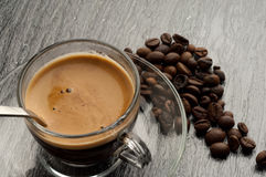 Kaffeetasse mit Bohnen stockfoto