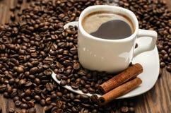 Kaffeetasse mit Bohnen und cinamon Lizenzfreies Stockfoto