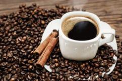 Kaffeetasse mit Bohnen und cinamon Stockfotografie