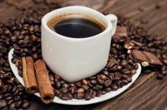 Kaffeetasse mit Bohnen und cinamon Lizenzfreies Stockbild