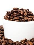 Kaffeetasse mit Bohnennahaufnahme. Kaffeehintergrund oder Beschaffenheit (Esprit Lizenzfreie Stockfotos