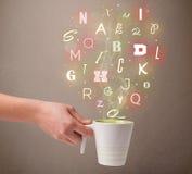 Kaffeetasse mit bunten Buchstaben Lizenzfreie Stockfotos
