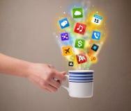 Kaffeetasse mit bunten Medienikonen Lizenzfreie Stockfotos