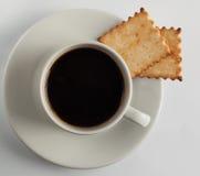 Kaffeetasse mit Cracker Lizenzfreie Stockfotografie