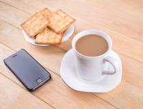 Kaffeetasse mit dem Brot und auf dem Tisch gesetzt. Lizenzfreies Stockfoto