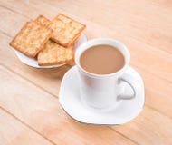 Kaffeetasse mit dem Brot und auf dem Tisch gesetzt. Stockbilder