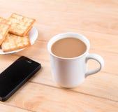 Kaffeetasse mit dem Brot und auf dem Tisch gesetzt. Lizenzfreie Stockbilder
