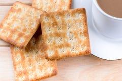 Kaffeetasse mit dem Brot und auf dem Tisch gesetzt. Stockfotos