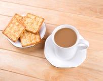 Kaffeetasse mit dem Brot und auf dem Tisch gesetzt. Stockfoto