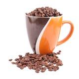 Kaffeetasse mit den Kaffeebohnen lokalisiert auf weißem Hintergrund Stockbilder