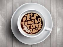 Kaffeetasse mit der Zeit, die über sie beschriftet, ist Zeit, auf realistischem hölzernem Hintergrund wieder zu beginnen Cappucci Stockfoto