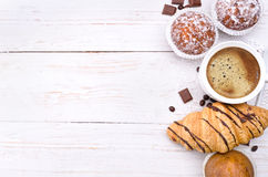 Kaffeetasse mit einem Hörnchen und einem Kuchen Stockfoto