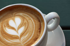 Kaffeetasse mit einer barista Blume 3 Lizenzfreie Stockbilder