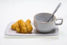 Kaffeetasse mit frittiertem Teigstock Stockfotografie