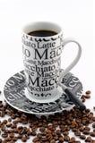 Kaffeetasse mit gebrannten Kaffeebohnen Lizenzfreies Stockbild