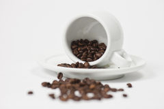 Kaffeetasse mit Kaffeebohnen Lizenzfreies Stockfoto