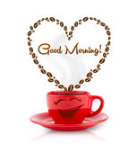 Kaffeetasse mit Kaffeebohnen formte Herz mit Zeichen des guten Morgens Lizenzfreie Stockbilder