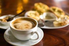 Kaffeetasse mit Knoblauchbrot in der Kaffeestube - Weinleseart-Effektbild Lizenzfreie Stockfotografie