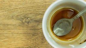 Kaffeetasse mit Löffel und Kaffee befleckt auf ihnen , Dann nachdem dem Trinken auf hölzernem Hintergrund Stockfotos